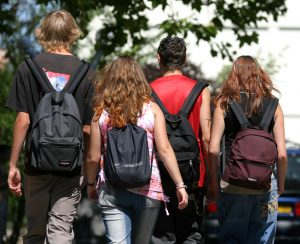 Lycéens qui vont au lycée