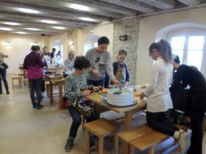 Parents et enfants cuisinant
