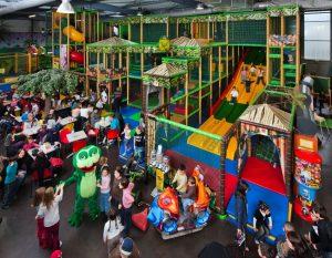 Enfants jouant dans un espace de jeux