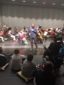 orchestre avec enfants sur scène