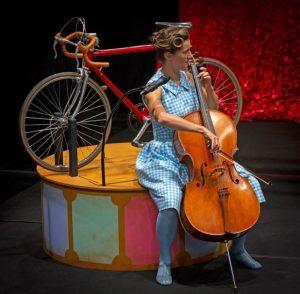 dame jouant d'un instrument de musique