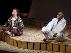 une femme et un homme assis sur une scène